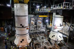 Před instalací centrálního stupně budou sestaveny oba postranní boostery