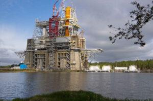 Kapalný kyslík a vodík jsou tankovány z celkem šesti zásobovacích člunů kotvících u testovacího stanoviště.