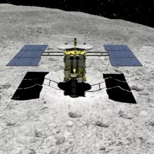 Hayabusa-2 odebírá vzorek z impaktu