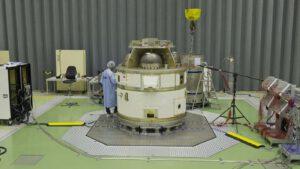 Čtvrtý stupeň rakety Vega a integrace se zbytkem rakety na kosmodromu v Kourou
