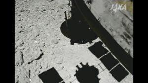Fotografie z doby odběru materiálu na planetce Ryugu