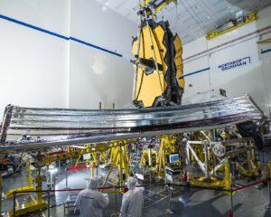 Rozvinutá sluneční clona dalekohledu Jamese Webba