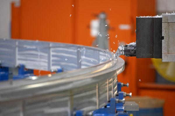 Výroba prstence kyslíkové nádrže centrálního stupně SLS pro Artemis III v továrně MAF, září 2020.