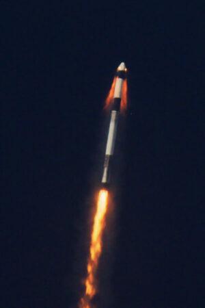Crew Dragon v okamžiku úniku od simulované závady nosiče.