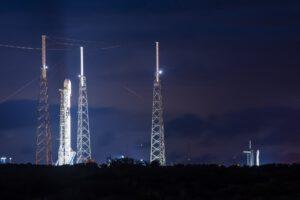 Nezvyklý pohled na dva Falcony 9 současně vztyčené na sousedících startovních komplexech.