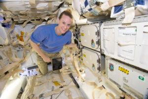Kate Rubins je na fotce z roku 2016 zachycena u chladicího boxu na palubě lodi Dragon první generace (mise CRS-9). Dragony druhé generace mají těchto napájených boxů více a loď tak pojme více nákladů, které potřebují chlazení.