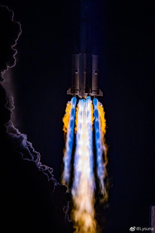Povedená fotografie ze startu CZ-3B s telekomunikační družicí