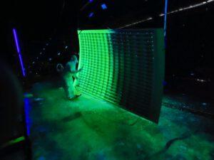 Aplikace fluorescenčního barviva pro hledání prasklin na panelu adaptéru LVSA pro Artemis 3