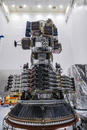 Náklad mise Transporter-1 - ve spodní části vidíme deset družic Starlink - první kusy určené pro polární oběžnou dráhu.