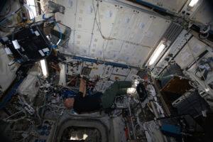 Astronaut Luca Parmitano pracuje v modulu Columbus se zařízením Fluid Science Laboratory