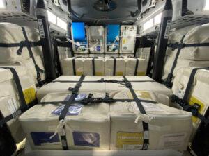 Fotografie pořízená ještě před startem mise CRS-21 ukazuje vnitřní uspořádání nákladu v lodi Dragon 2.