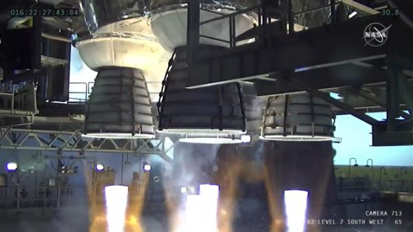 Čtyři pracující motory centrálního stupně SLS určeného pro misi Artemis I