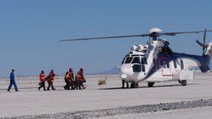 Přesun zraněného člena posádky do vrtulníku