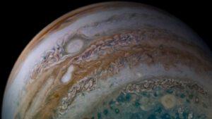 Sloučení dvou bouří v atmosféře Jupiteru vyfocené sondou Juno 26. prosince 2019.