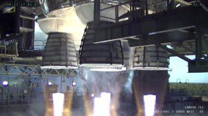 Čtyři pracující raketové motory RS-25.