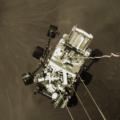 Perseverance přistává na Marsu, pohled ze sky-crane. Zdroj: NASA/JPL-Caltech