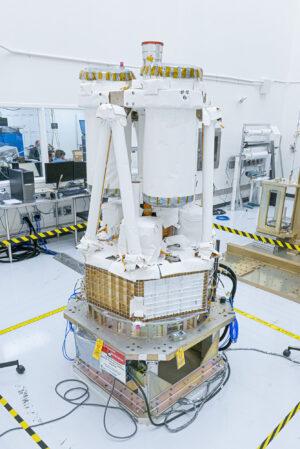 Sestavený rentgenový teleskop IXPE.