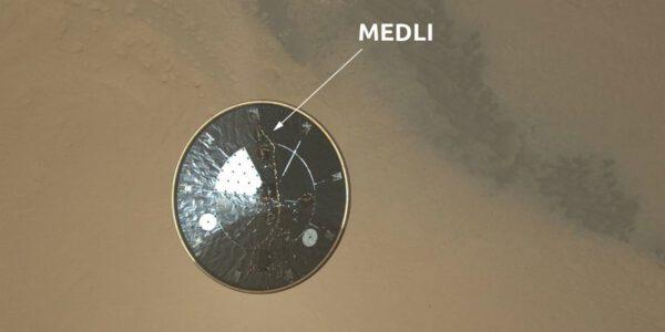 Předchůdce MEDLI byl součástí mise vozítka Curiosity, jehož odhozený tepelný štít vidíte na snímku z EDL