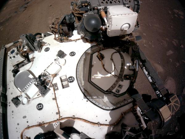 Detail paluby vozítka Perseverance během solu 2 z NavCam. Zdroj: NASA/JPL-Caltech