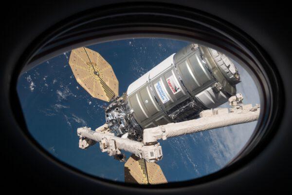 Cygnus NG-15 z okna Crew Dragonu