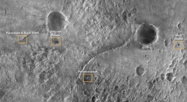 Padák, rover, dopadové místo jeřábu a tepelného štítu. Zdroj: NASA/JPL-Caltech/University of Arizona