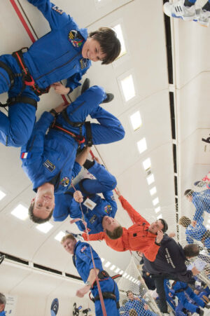 Evropští astronauti vybraní v roce 2009 během výcviku při parabolickém letu.