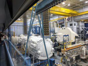 Součástí makety landeru společnosti Dynetics jsou i solární panely ROSA. Nově je řešeno i rozmístění trysek.
