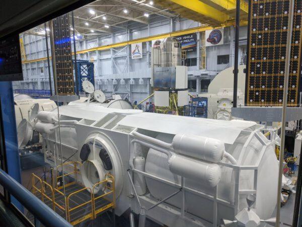 Vpozadí za maketou landeru společnosti Dynetics je maketa landeru Národního týmu spřepracovaným přistávacím prvkem
