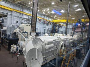 Maketa landeru společnosti Dynetics v měřítku 1:1 se střední věrností byla v lednu umístěna v budově Space Vehicle Mockup Facility Johnsonova vesmírného střediska