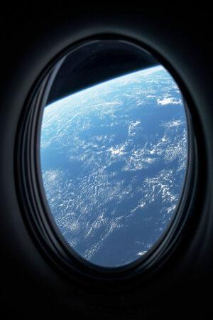 Výhled na Zemi z okna lodi Crew Dragon.