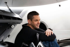 Jared Isaacman během zkoušek v maketě lodi Crew Dragon.