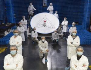 Odborníci z Thales Alenia Space pózují u dokončené vysokoziskové antény HGA pro sondu JUICE.