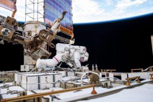 Astronaut Andrew Morgan vyfocený 11. října 2019 při výstupu do volného prostoru na sekci P6 příhradové konstrukce provádí výměnu starých nikl-vodíkových akumulátorů za nové lithium-iontové.