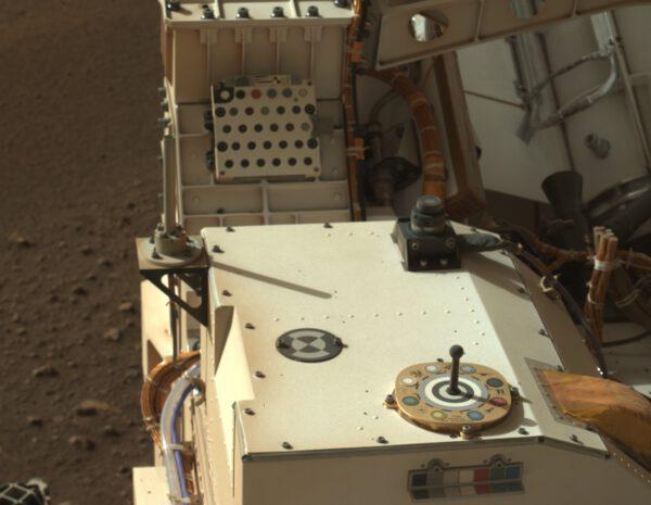 Pohled na palubu vozítka z levé kamery MastCam-Z. Zdroj: NASA/JPL-Caltech