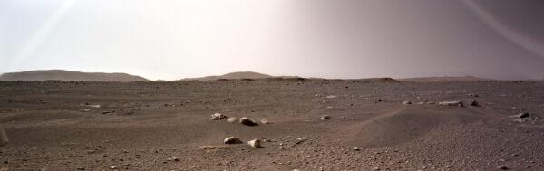 Perseverance, sol 2, zadní HazCam, panorama. Zdroj: NASA/JPL-Caltech, složil a obarvil Daniel Macháček