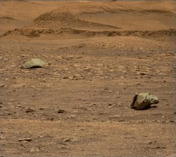 Curiosity, sol 2961, dva železné meteority v jediném záběru, zdroj: NASA/JPL-Caltech, www.unmannedspaceflight.com
