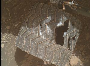 Curiosity, sol 3005, detail kola, zdroj NASA/JPL-Caltech/MSSS, www.unmannedspaceflight.com