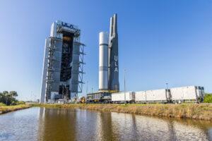 Plošina VLP s testovacím centrálním stupněm rakety Vulcan opouští integrační halu VIF.