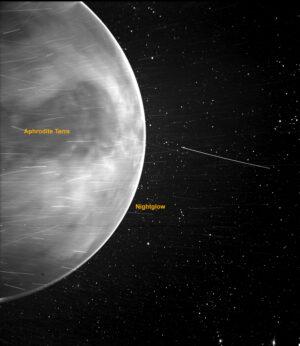 Fotka Venuše pořízená přístrojem WISPR na sondě Parker Solar Probe. Světlé pruhy jsou způsobeny kombinací vlivů - kosmickým zářením, prachem a malými kousky sondy, které se uvolní po zásahu prachové částice. Malá tmavá skvrna ve spodní části planety je vada přístroje WISPR.