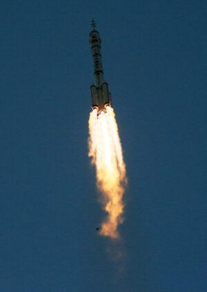 Raketa Dlouhý pochod-2F při startu zatím poslední čínské pilotované mise - Šenčou-11.