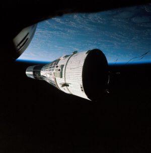 Podobně mohla vypadat prvotní jízdenka pilotů USAF na orbitální dráhu...