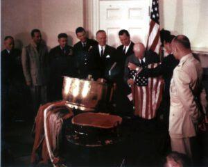 Prezident Eisenhower se kochá vlajkou, kterou v sobě ukrýval Discoverer-13