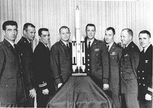 První skupina pilotů MOL (zleva: Adams, Crews, Finley, Lawyer, Macleay, Neubeck, Taylor, Truly)