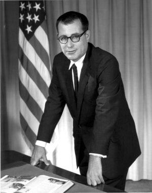 Klíčová postava při oficiálním zrodu MOL - Dr. Harold Brown