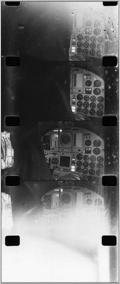 Film z kamery v kokpitu Adamsovy X-15. Poslední políčko je přesvětleno - nastala destrukce trupu a do kabiny vniklo sluneční světlo...