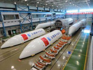 Části rakety Dlouhý pochod 5 pro vynesení modulu Tianhe.