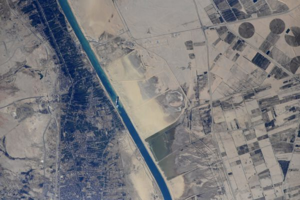 Snímek uvízlé lodi pořízený z paluby Mezinárodní kosmické stanice
