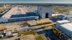 Výšková budova 115 byla přistavěna na samém konci (v pozadí) hlavní výrobní budovy MAF