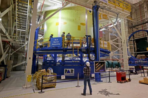 Svařování motorové sekce centrálního stupně SLS pro Artemis 3 v nástroji Vertical Weld Center, leden 2021