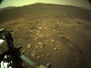 Stopy kol Perseverance v půdě kráteru Jezero na Marsu. Zdroj: NASA/JPL-Caltech